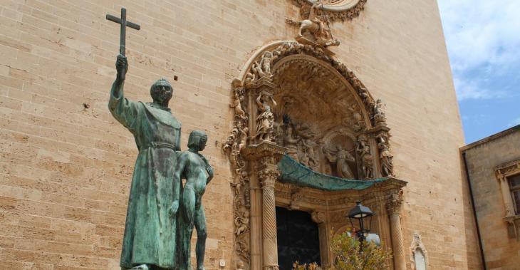 Institut d'Antropologia: «Cal dur l'estàtua de Fra Juníper Serra i del jove californià a un museu i contextualitzar-la»